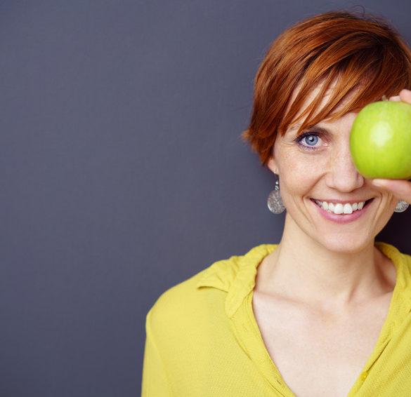 Frau-mit-Apfel
